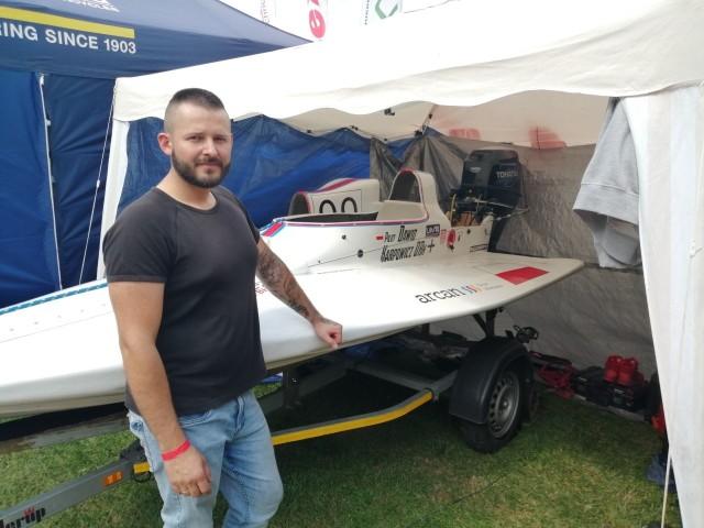 Dawid Karpowicz z KSMiM Trzcianka przy swojej łodzi w parkingu nad jeziorem Sarcze