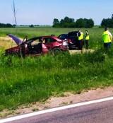 """Czyżew. Wypadek na """"krajowej"""" 63. Samochód zjechał do rowu i dachował. Cztery osoby przetransportowano do szpitala"""