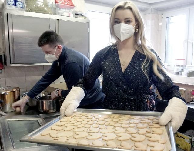 Karolina Bielawska upiekła całą blachę wielkanocnych ciasteczek dla najuboższych łodzian...