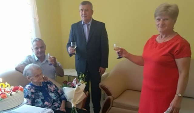 Toast za zdrowie 102-letniej Stefanii Polak wzniósł między innymi wójt Secemina Tadeusz Piekarski.