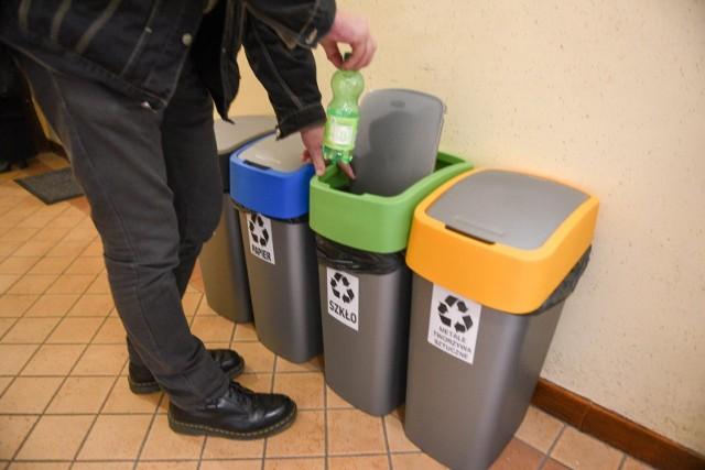 Segregacja odpadów jest dla części osób uciążliwa, jednak dużo częściej skarżymy się na wysoką opłatę za śmieci.