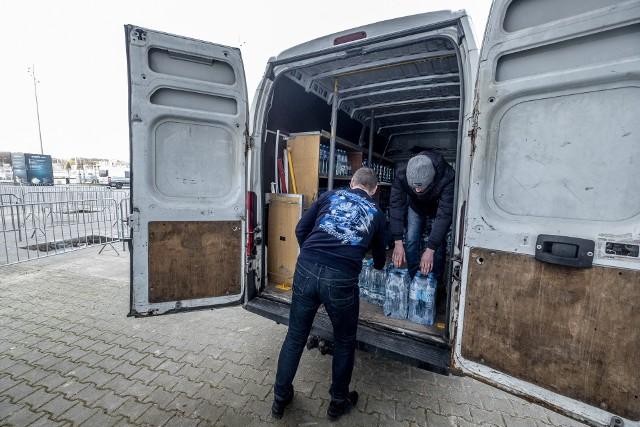 Kibice Lecha Poznań organizują zbiórkę niegazowanej wody pitnej dla szpitala miejskiego przy ul. Szwajcarskiej w Poznaniu. Tam trafiają osoby zakażone koronawirusem