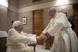 Papież Franciszek i emerytowany papież Benedykt XVI zostali zaszczepieni przeciwko koronawirusowi, potwierdził Watykan