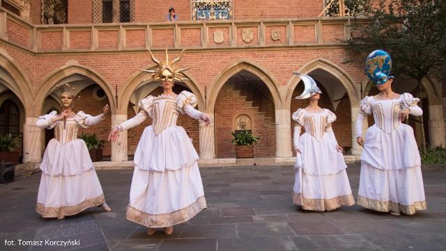 """""""Harmonia mundi"""" to taneczna opowieść o wizji Kopernika i kolekcji astronomicznej Muzeum UJ, która balet przedstawi na dziedzińcu Collegium Maius"""