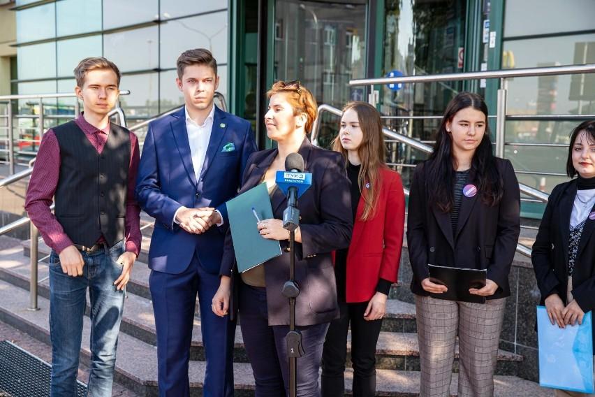 """Komitetu Inicjatywy Uchwałodawczej """"Pomoc Młodym"""" zbiera..."""
