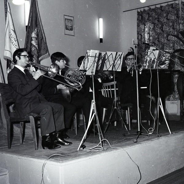 Prezentujemy kolejną porcję starych zdjęć Jana Maziejuka. Tym razem są to fotografie z uroczystości powołania w Miastku Państwowej Szkoły Muzycznej I Stopnia. Działo się to 15 stycznia 1971 roku.