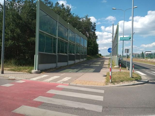 Rowerzyści domagają się, by władze miasta rozwiązali problem niebezpiecznego przejazdu ścieżką na skrzyżowaniu ul. Trawiastej i ul. Kazimierza Wielkiego.