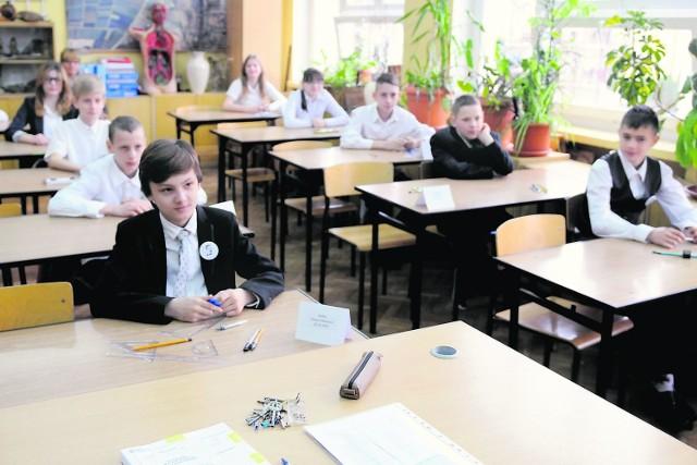 Ubiegłoroczny sprawdzian po raz ostatni przeprowadzany był według starych zasad. Dzieci pisały jeden test i musiały wykazać się wiadomościami z języka polskiego oraz matematyki.