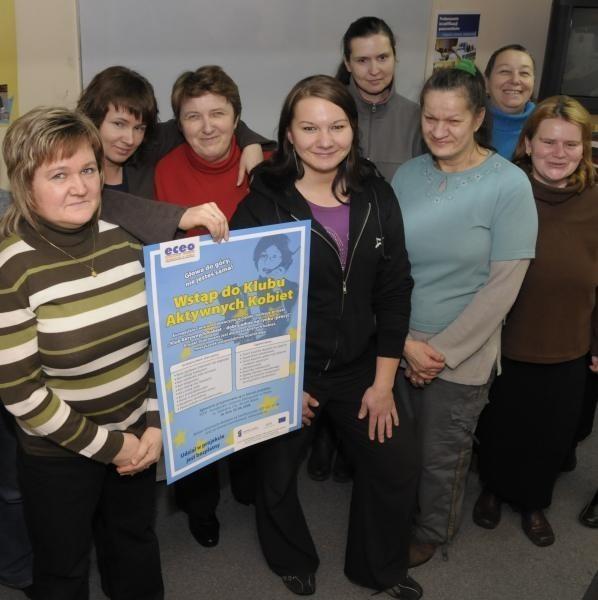 Uczestniczki Klubu Aktywnych Kobiet podczas zajęć z doradcą zawodowym Agnieszką Sołtys (pierwsza z lewej). Koordynatorka projektu z Europejskiego centrum edukacyjnego w Opolu - Dorota Rybczyk-Heinz (druga z lewej).