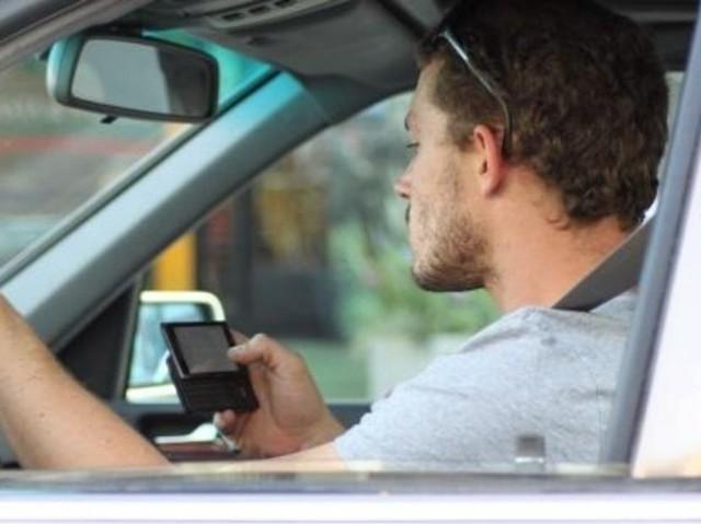 Wielu kierowców nie stosuje się do zakazu korzystania z telefonu komórkowego podczas jazy.
