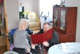 Pogodna 101-letnia pani Marianna co dzień czyta prasę