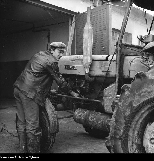 1978 rok, Rolnicza Spółdzielnia Produkcyjna w Wiązownej. Mechanik przy ciągniku Ursus C-355.