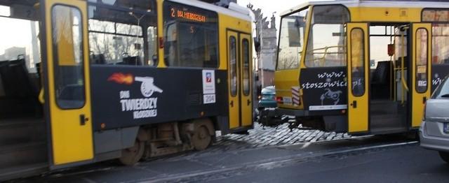 Specjalny dźwig podniesie tramwaj i wstawi go z powrotem na tory.