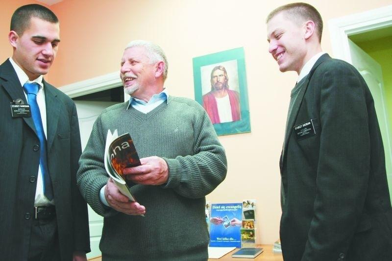Sterling Hannemann (z lewej) i James Sheridan (z prawej) z USA przyznają, że białostoczanki są niezwykle urodziwe, ale podczas misji nie wolno im rozmawiać z kobietami na tematy, które nie są  związane z religią. Młodymi Amerykanami opiekuje się  Libert Wojtkiewicz (w środku), prezydent Kościoła Jezusa Chrystusa Świętych w Dniach Ostatnich w Białymstoku.