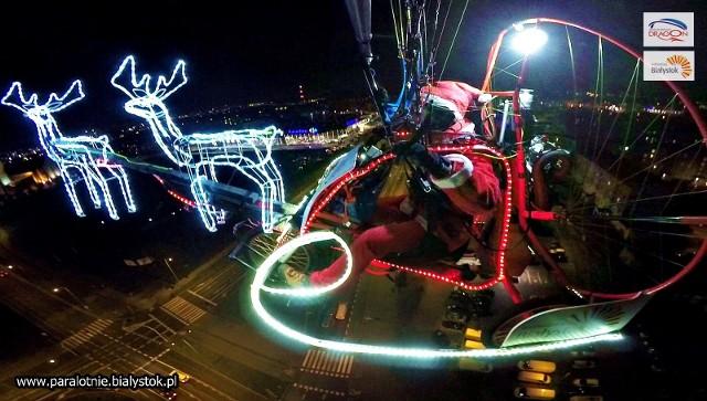 Latający Mikołaj nad Białymstokiem. Tomasz Dragon Kudaszewicz znów leciał nad miastem na swojej paralotni. Zdjęcia pochodzą z fanpejdża  Dragon - szkoła paralotniowa