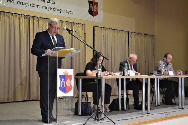 Sesja absolutoryjna, przemawia burmistrz Miasta i Gminy Rudnik nad Sanem, który rządzi już piątą kadencję