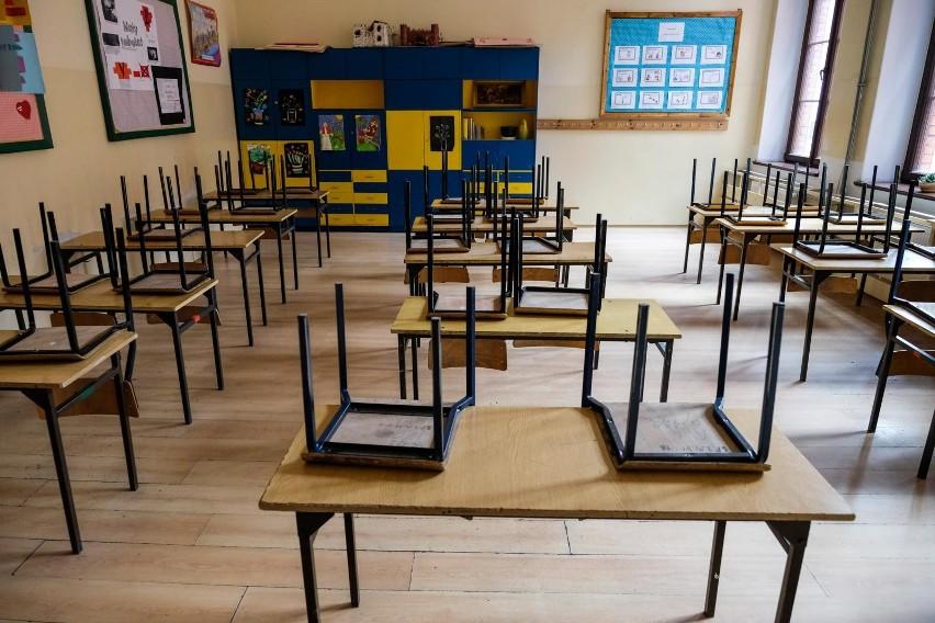 Minister edukacji przedstawił na konferencji prasowej harmonogram, według którego przeprowadzane będą egzaminy zewnętrzne. Zgodnie z nim egzaminy maturalne rozpoczną się 8 czerwca, a egzamin ósmoklasisty będzie przeprowadzony od 16 do 18 czerwca br. W tym roku nie będzie ustnych egzaminów maturalnych. Z kolei egzamin potwierdzający kwalifikacje w zawodzie potrwa od 22 czerwca do 9 lipca, a egzamin zawodowy zaplanowany jest od 17 do 28 sierpnia.CZYTAJ WIĘCEJ >>>>Harmonogram egzaminów zewnętrznych w 2020 roku. #matura2020 #egzaminosmoklasisty #egzaminzawodowy #egzamin @CKE_PL @PremierRP pic.twitter.com/qPO0JWiHHO— Ministerstwo Edukacji Narodowej (@MEN_GOV_PL) May 19, 2020