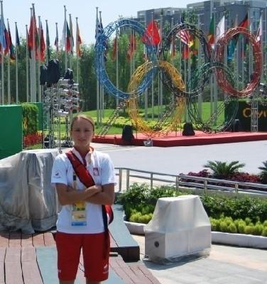 28-letnia biegaczka na 800 m Anna Rostkowska z Jakaci Młodej (gm. Śniadowo) stoi na placu w wiosce olimpijskiej w Pekinie
