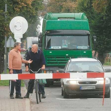 Ryszard Gawart (na rowerze) z kolegą Franciszkiem wykorzystują przymusowe postoje przed przejazdem na rozmowy o życiu. - Nie ma człowiek wyboru i musi przystanąć. I to jest zdrowe - śmieje się pan Ryszard.