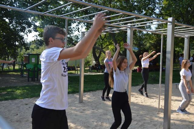 Ćwiczenia młodzieży w Parku Piastowskim