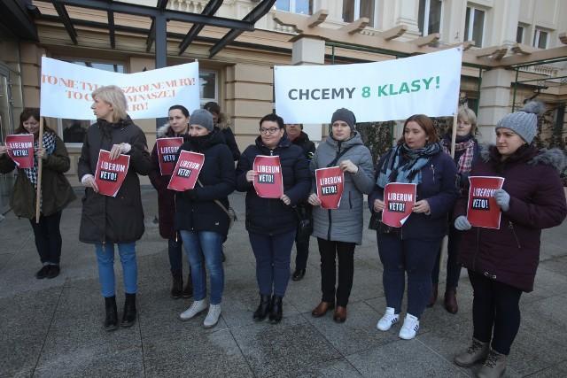 Rodzice pikietowali pod urzędem wojewódzkim w Rzeszowie  przeciwko planom restrukturyzacji szkoły w Grabówce.