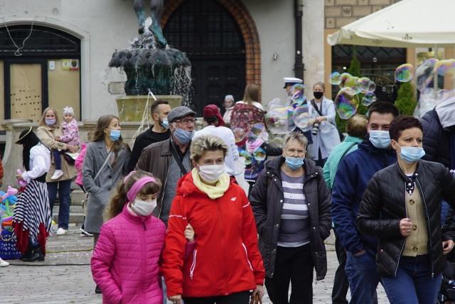 Od soboty w Poznaniu obowiązuje noszenie maseczek w miejscach publicznych.