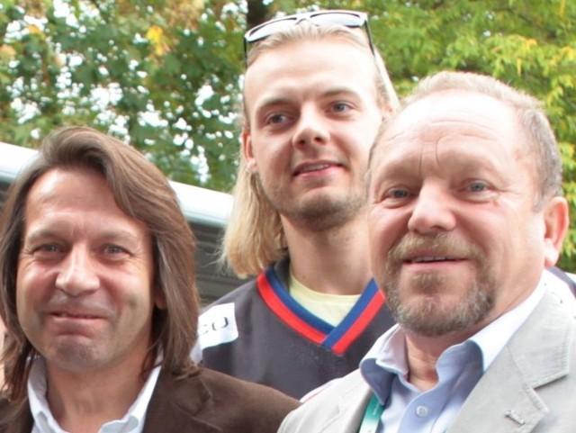 Przewodniczący rady nadzorczej klubu Lesław Wojtas (z prawej) ma już dość kolejnych kompromitacji klubu, któremu prezesuje Piotr Krysiak (z lewej). Zdjęcie pochodzi z sobotniej prezentacji zespołu. Między szefami Przemysław Odrobny, który nie powinien zagrać w Sosnowcu.
