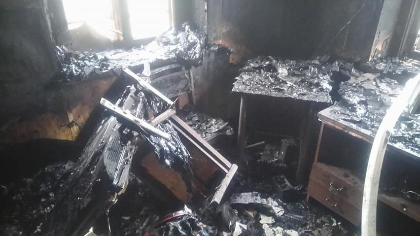 Jedna poszkodowana osoba opuściła płonący dom o własnych...