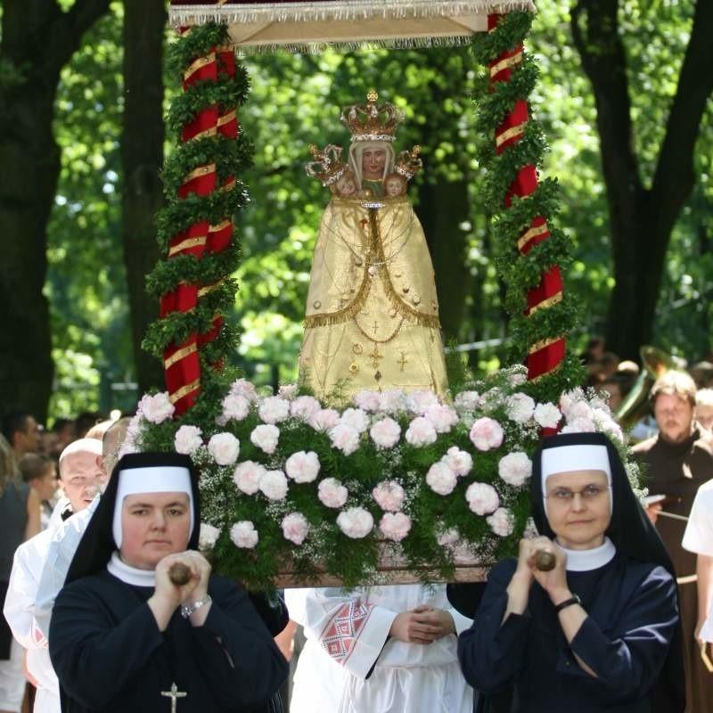 Zgodnie z tradycją lipcowego odpustu figura św. Anny opuściła w niedzielę bazylikę i została uroczyście przeniesiona do szczelnie wypełnionej wiernymi groty.