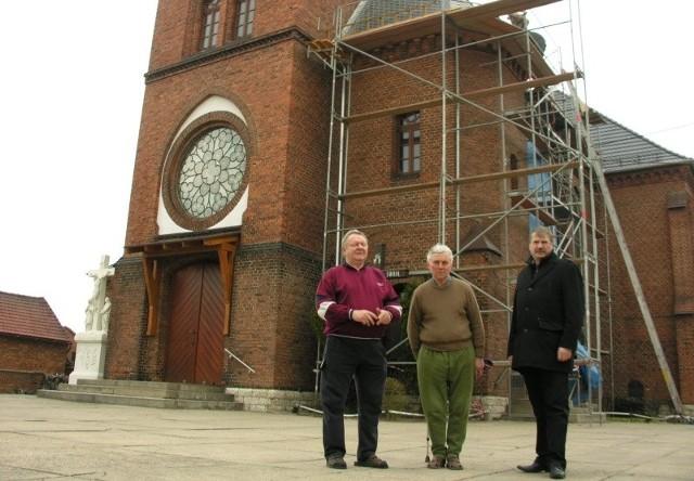 Remont kościoła zakończy się w tym miesiącu. Na zdjęciu członkowie rady parafialnej: (od lewej) Henryk Tarkowski, Jerzy Michen i Florian Ciecior.
