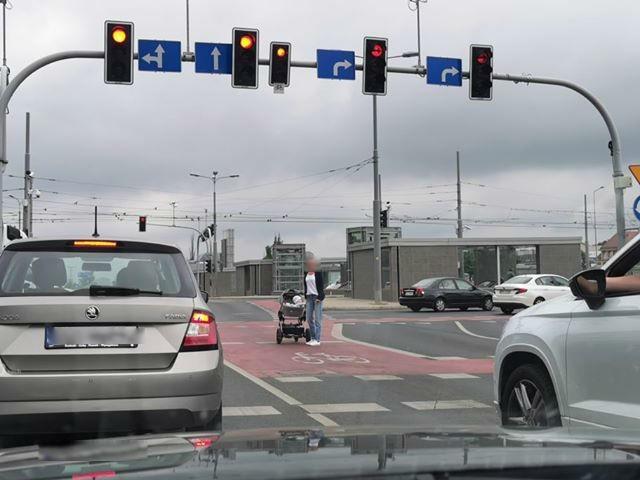O niecodziennej sytuacji na Rondzie Kaponiera poinformował nas Czytelnik. Nadesłane przez niego zdjęcie prezentuje kobietę stojącą z wózkiem na pasie dla rowerzystów.