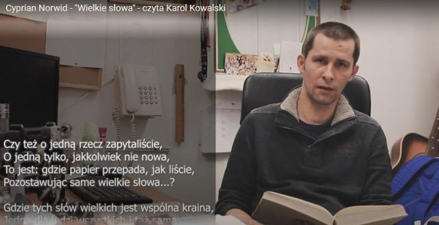 Rekwizytor Teatru Solskiego w Tarnowie czyta wiersz Norwida