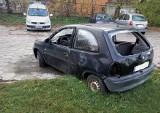 Porzucony samochód, wrak, nieużywane auto zajmują miejsca parkingowe. Straż Miejska w Białymstoku rusza z pomocą (zdjęcia)