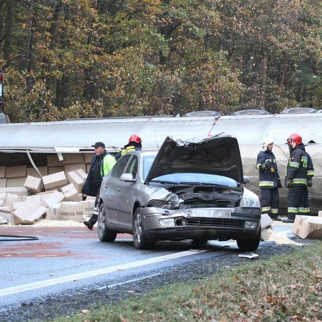 Pomiędzy Dąbrową a Prądami zderzyły się cztery auta osobowe, dwa busy i litewska ciężarówka wyładowana surowcem do produkcji zapałek.