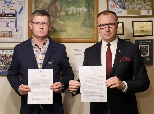 Na zdjęciu Kamil Dziewierz, wójt gminy Jedlińsk (z prawej) oraz Łukasz Kurek, przewodniczący Rady Gminy w Jedlińsku (z lewej).