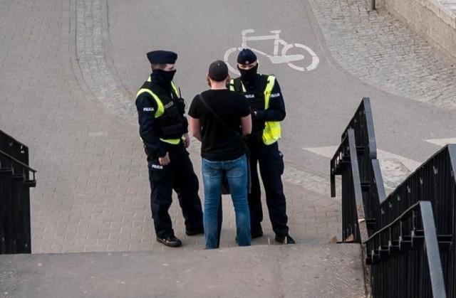 W świąteczny weekend policjanci wystawili w całej Wielkopolsce ponad pół tysiąca mandatów za brak maseczki w miejscach publicznych.