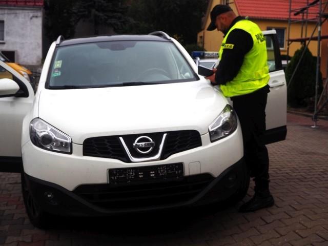 Policjanci z Sulęcina odzyskali skradzionego w Niemczech nissana qashqai. Auto wkrótce trafi do właściciela. Zatrzymany w tej sprawie 21-letni mężczyzna usłyszał zarzut paserstwa. W piątek (14 października br.), około godz. 12.00, policjanci podczas patrolu na terenie stacji paliw w Boczowie (gmina Torzym) skontrolowali kierowcę nissana qashqai. Podczas legitymowania mężczyzna oświadczył, że nie posiada dokumentów, ponieważ auto jest jego kolegi. Następnie powiedział mundurowym, że najprawdopodobniej dokumenty są w bagażniku. Kierowca najpierw zaczął przeszukiwać bagażnik, a chwilę później zaczął uciekać. Nie reagował na wezwanie funkcjonariuszy do zatrzymania się. Po krótkim pościgu policjanci zatrzymali jednak uciekiniera. Podczas kontroli wnętrza pojazdu policjanci zauważyli uszkodzoną stacyjkę. Jak się okazało nissan qashqai z 2010 roku został skradziony na terenie Niemiec.21-letni mężczyzna został zatrzymany. Natomiast samochód zabezpieczono na parkingu strzeżonym. Odzyskany nissan qashqai o wartości co najmniej 40 tysięcy złotych niebawem zostanie zwrócony właścicielowi. 15 października br. mieszkaniec województwa lubuskiego został przesłuchany i usłyszał zarzut paserstwa. Za to przestępstwo kodeks karny przewiduje karę pozbawienia wolności do 5 lat.