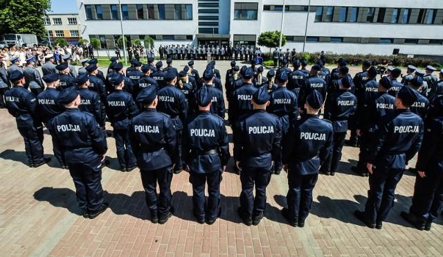 """Chcesz zostać policjantem - dokumenty wyślij pocztą – zachęca na swojej stronie Komenda Miejska Policji we Wrocławiu. Na początek proponują 3880 złotych na rękę.W związku z epidemią do odwołania wprowadzono możliwość składania przez kandydatów do służby w Policji dokumentów, wyłącznie drogą pocztową. KMP we Wrocławiu informuje też, że zajęcia przygotowujące do testu sprawności dla kandydatów do służby, które odbywały się w tym tygodniu przy ul. Poznańskiej zostały czasowo odwołane. Zostają odwołane również spotkania w ramach """"dni otwartych"""", które odbywały się przy ul. Połbina.O tym, kto może zostać policjantem, na jakie zarobki może liczyć i co powinien zrobić, by wziąć udział w rekrutacji, piszemy na kolejnych stronach."""