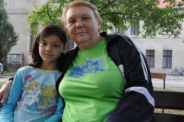 Już jedenaście rodzin Polaków ze Wschodu wprowadziło się do pałacu w Polanowicach. Do końca roku dołączą do nich trzy ostatnie rodziny.- Wszyscy w Polanowicach bardzo przyjaźnie się do nas odnoszą, pomagają nam, podpowiadają i  za to chcę wszystkim mieszkańcom podziękować - mówi Nina Mysiecka, która wraz z mężem Alikiem, córką Swietłaną i zięciem Aleksandrem przyjechała z Kazachstanu. Na przyjazd od momentu złożenia wniosku czekali 12 lat. - Byliśmy wtedy jeszcze młodzi, a teraz już emeryci - dodaje Nina Mysiecka. - Polanowic i Byczyny jeszcze nie zdążyliśmy dobrze zobaczyć, ponieważ już na drugi dzień po przyjeździe zostaliśmy wysłani do Lublina na kurs języka polskiego.Kursu językowego nie potrzebuje Tatiana Karimowa, która przyjechała z Uzbekistanu razem z mężem Władimirem, córką Natalią i wnukami Jarosławem i Tamiłą (na zdjęciu z wnuczką). W Uzbekistanie była bowiem nauczycielką języka polskiego. Uczyła mieszkających tam Polaków, którzy chcieli studiować w Polsce. - Wszyscy moi uczniowie dostawali się na studia - mówi z dumą Tatiana Karimowa.