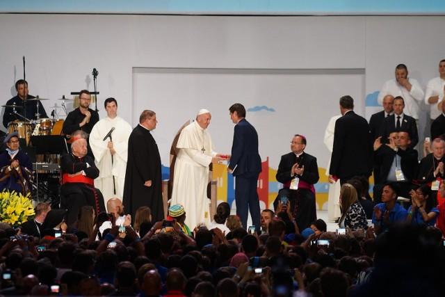 Papież wita się z Michałem Cieślą (z prawej)