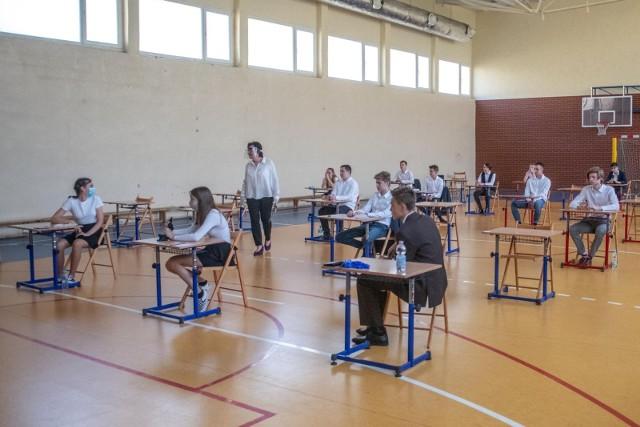 Jak poszło uczniom z egzaminem z języka angielskiego? Jakie były zadania i jak powinny wyglądać rozwiązania?Na kolejnych zdjęciach znajdziecie arkusz zadań i sugerowane odpowiedzi. MAMY WSZYSTKIE ODPOWIEDZI! SPRAWDZAJCIE