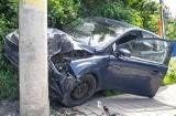 Wypadek w Bydgoszczy - 81-latek przeleciał przez rów i wylądował autem na posesji
