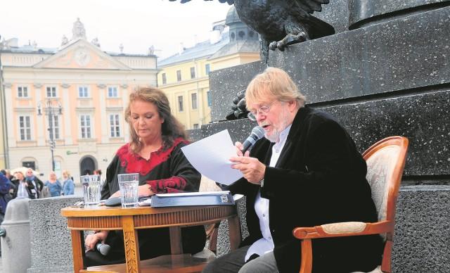 """Czytanie """"Pana Tadeusza"""" - rok temu na krakowskim Rynku, pod pomnikiem Adama Mickiewicza, I księgę czytali Anna Dymna i Krzysztof Orzechowski"""