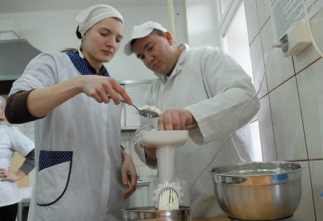 Ewa Gołyś i Sebastian Sipak mielą ser na pyszne ciasto. Koleżanki i koledzy już nie mogą się doczekać, kiedy będą mogli skosztować wypieku