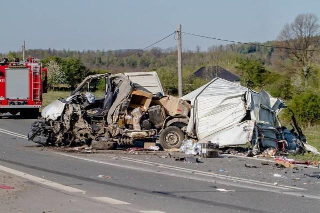 Koszmarny wypadek auta dostawczego firmy kurierskiej pod Wałbrzychem