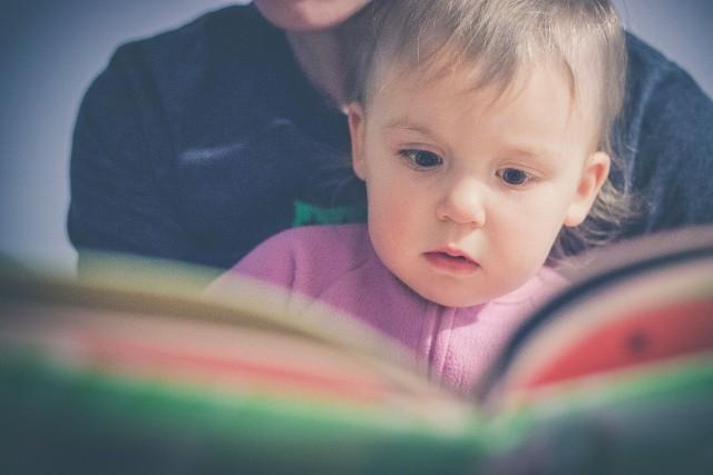 Wybór imienia dla dziecka to duża sprawa. Przyszli rodzice spędzają nieraz długie godziny, wybierając imię, które spodoba się im obojgu. Nowe badanie przeprowadzone przez portal Mumsnet.com pokazuje, że prawie 20 procent ankietowanych rodziców przyznaje, że żałuje imienia, jakie wybrało dla swojego dziecka. Około jedna trzecia spośród tych rodziców żałowała wyboru już w ciągu zaledwie sześciu tygodni po urodzeniu dziecka. Kolejne 25 procent tych rodziców odczuwało niezadowolenie, gdy dziecko zaczęło szkołę. Na szczęście aż 90 procent spośród ankietowanych matek i ojców deklaruje, że nie planuje zmieniać dziecku raz nadanego imienia.Aby przejść do kolejnego zdjęcia przesuń stronę gestem lub kliknij strzałkę w prawo na zdjęciu.Program 500 plus nie poprawił demografii, ale ograniczył biedę