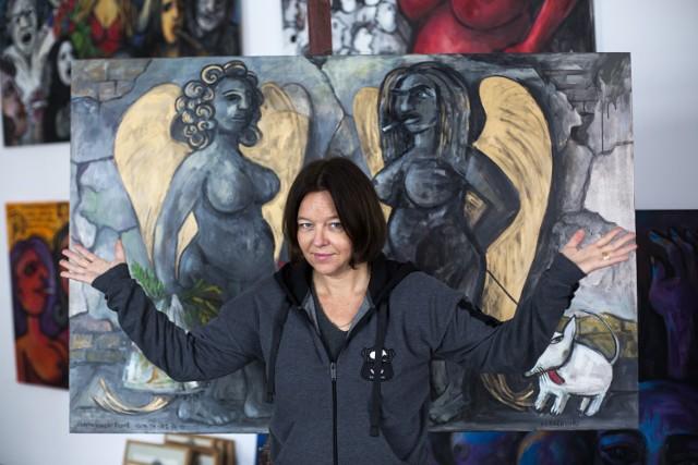 Krakowska artystka w swojej pracowni, ze swoimi aniołami
