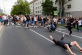Białystok. Policja poszukuje osób, blokujących przejście podczas Marszu Równości [ZDJĘCIA]