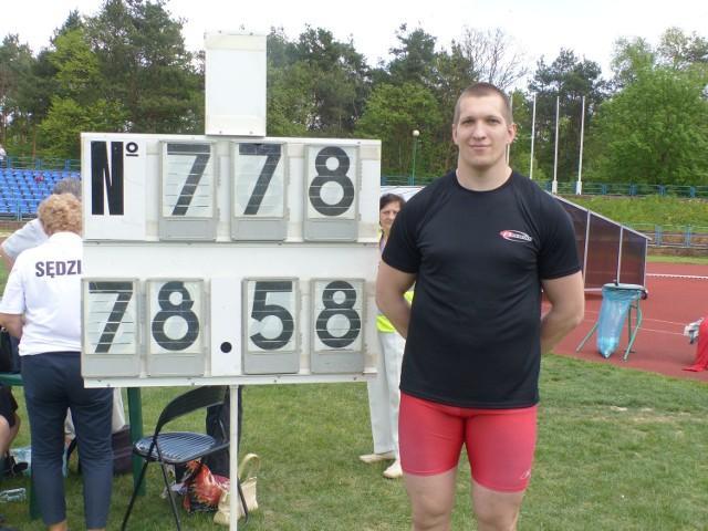 Wojciech Nowicki uzyskał w Kielcach wynik światowej klasy - 78,58 metra. To rekord naszego stadionu, minimum na mistrzostwa świata w Pekinie i trzeci obecnie wynik na świecie w tym sezonie.