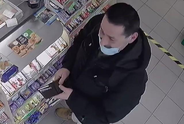 Sprawca z ławki w parku znajdującej się naprzeciw Młynów Rothera, zabrał pozostawiony plecak, a następnie przy pomocy przywłaszczonej karty płatniczej dokonał kilku płatności w jednym ze sklepów na terenie Bydgoszczy.